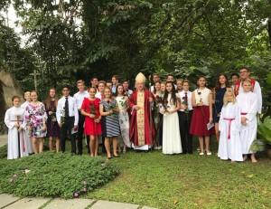 Xīnjīapō - Bischof Wolfgang spendet Firmung in Singapur